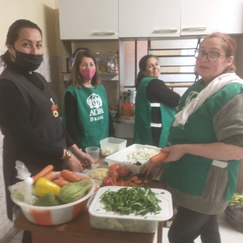 Voluntários fazem almoço e desenvolvem atividades.