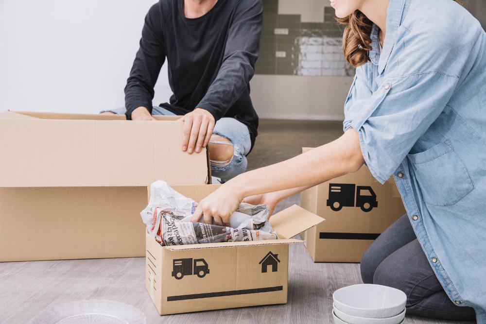 Casal arrumando caixas para mudança