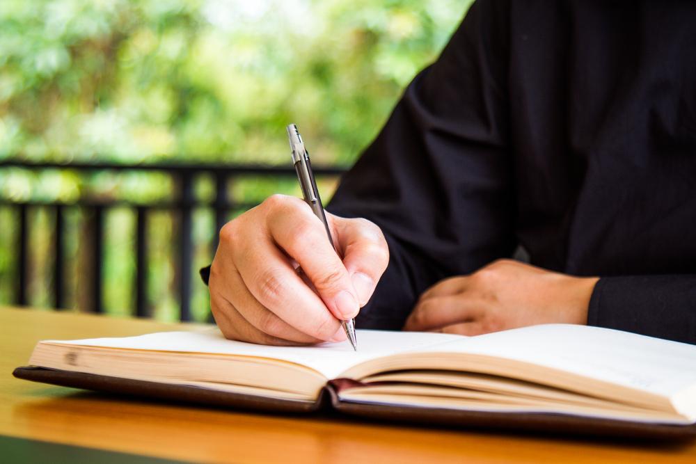 Homem escrevendo.