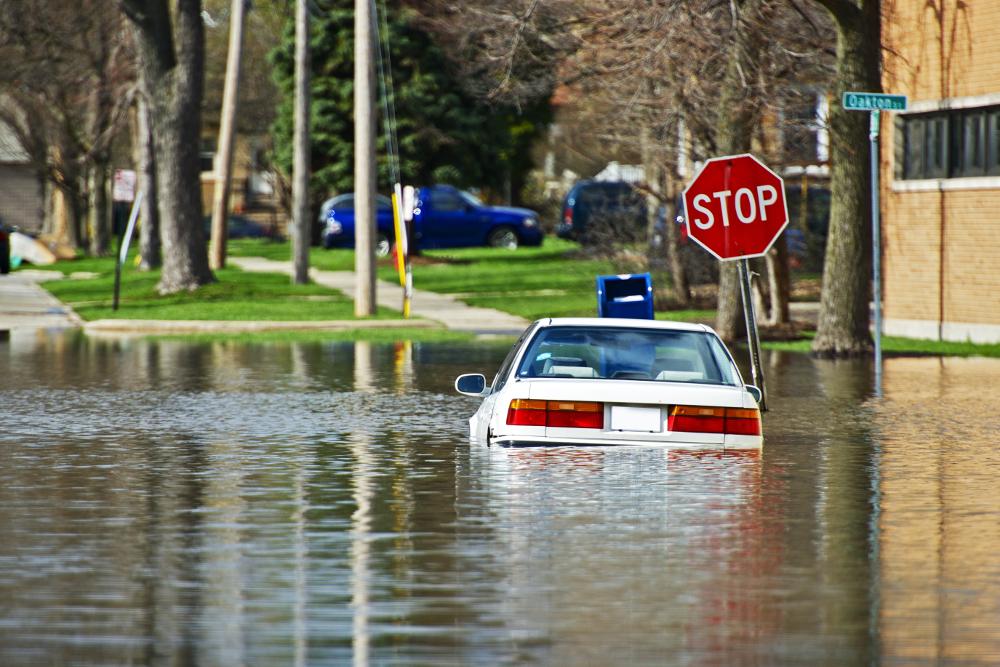 Carro em uma inundação