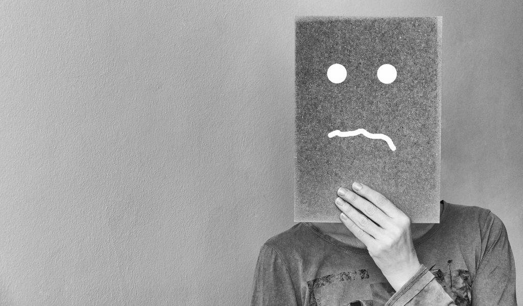pessoa com o rosto triste - traumas psicológicos