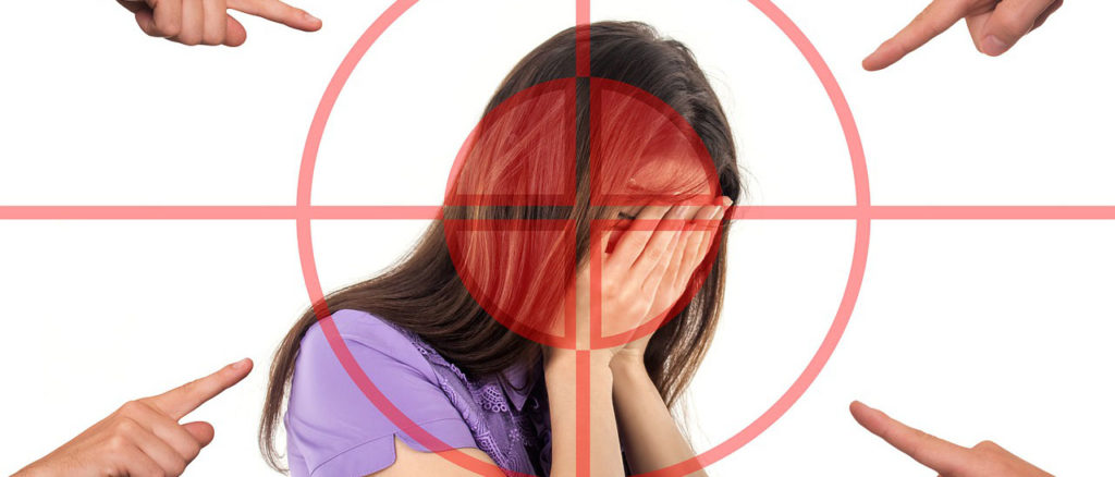 mujer sendo acusada
