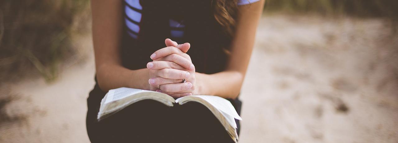 persona leyendo la bíblia