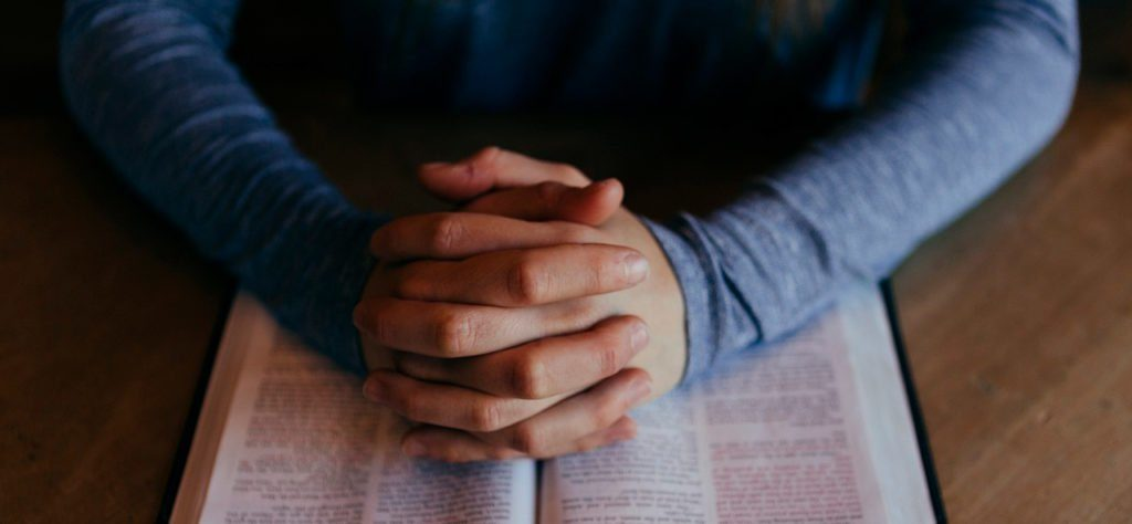manos sobre la bíblia