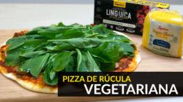 Pizza de rúcula com linguiça vegetariana