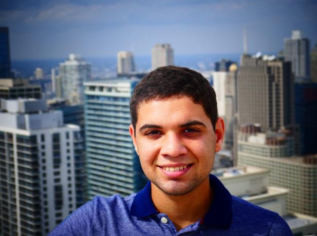 Lucas que depois de ser voluntário a curto-período em um campo de refugiados na Grécia, esta dedicando um ano de voluntariado nos EUA.