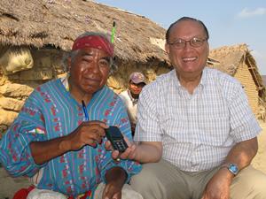 Dowell Chow, director de AWR, junto a un Huichol, entregando una radio solar presintonizada para escuchar AWR. Foto: Cortesía AWR.