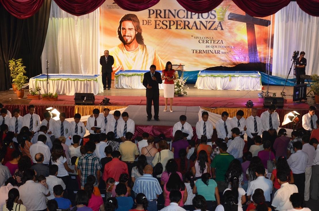 Pastor Luis Gonçalves en Evangelismo Escuela, en Piura, Perú