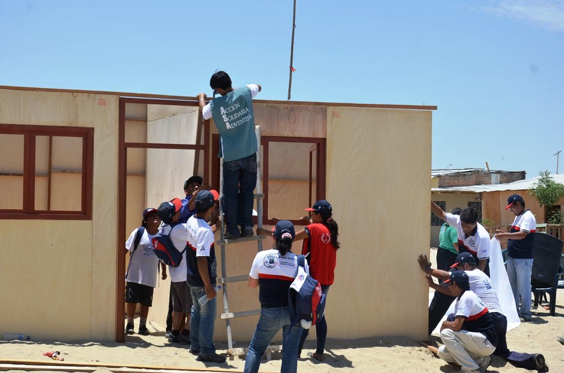 Jóvenes Adventistas, trabajan armando módulos de vivienda en Piura, Perú. Todos involucrados en el proyecto Misión Caleb