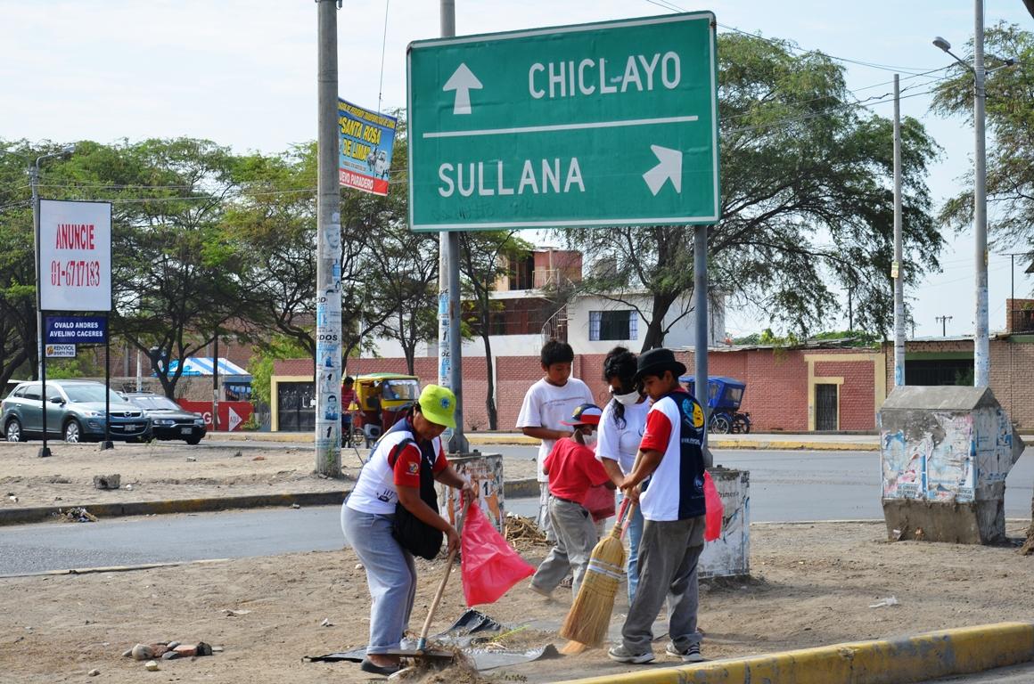 Jóvenes Calen, limpian calles en Piura, Perú