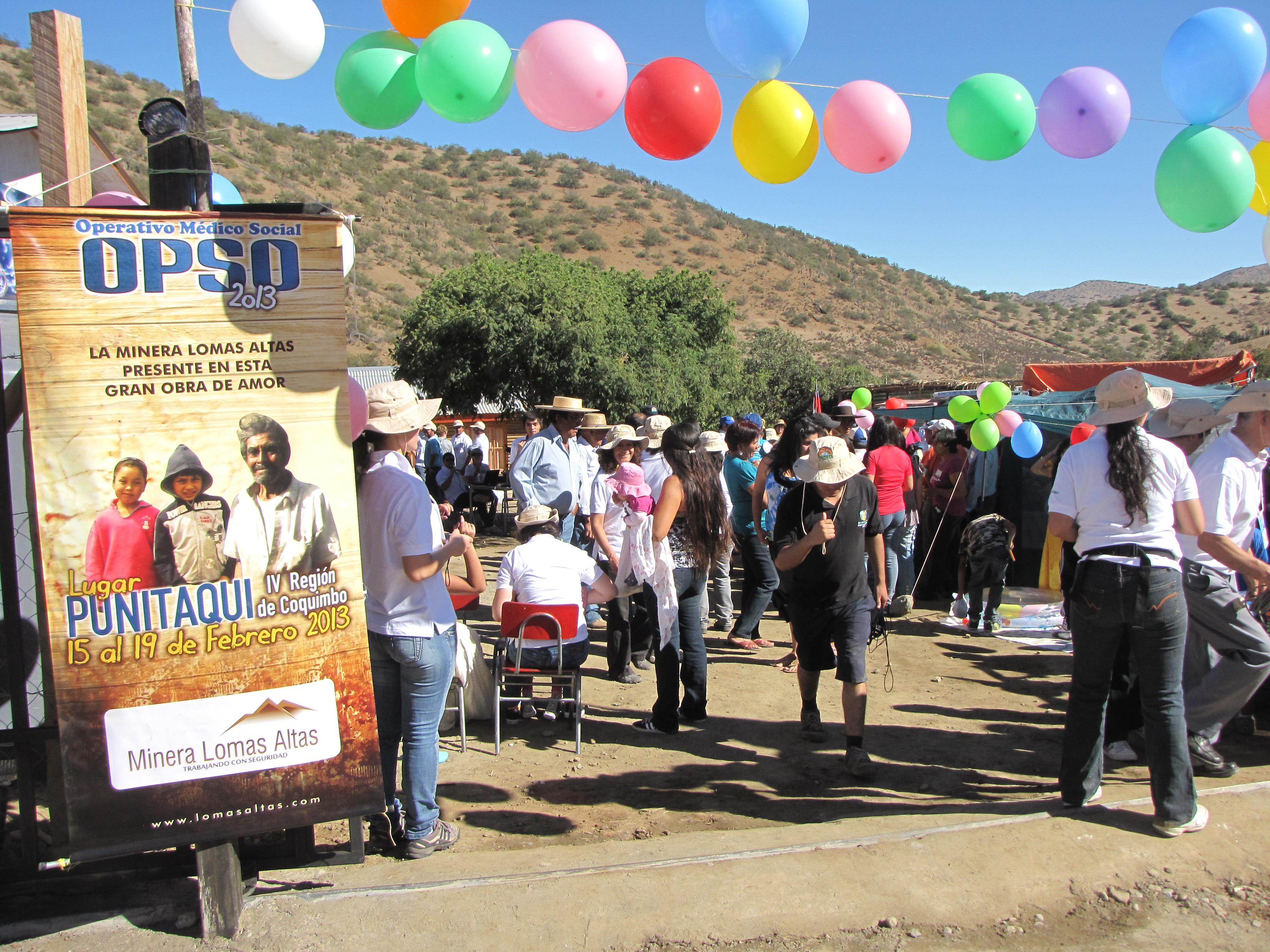 Jóvenes prestando ayuda a dagnificados en Chile