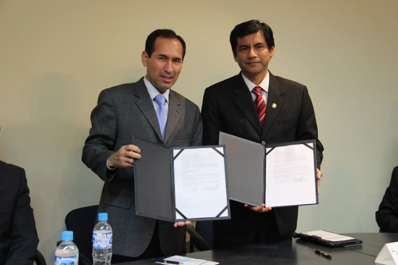 Administradores de la Unión Peruana del Sur, muestran convenio firmado a favor de la calidad educativa.