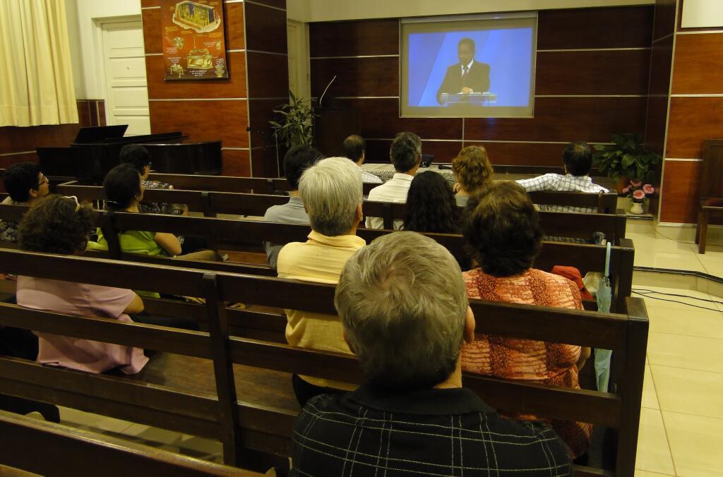 la mano del Señor ha llevado a varias personas a sus pies en forma poderosa a través de 109 iglesias que cuentan con la conexión satelital o de Internet.