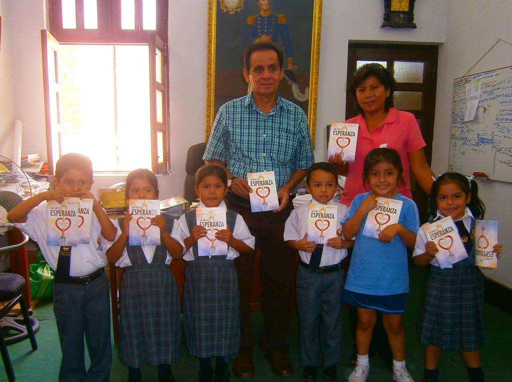 """Niños de Lambayeque entregan """"La Única Esperanza"""" a la primera autoridad de la ciudad."""