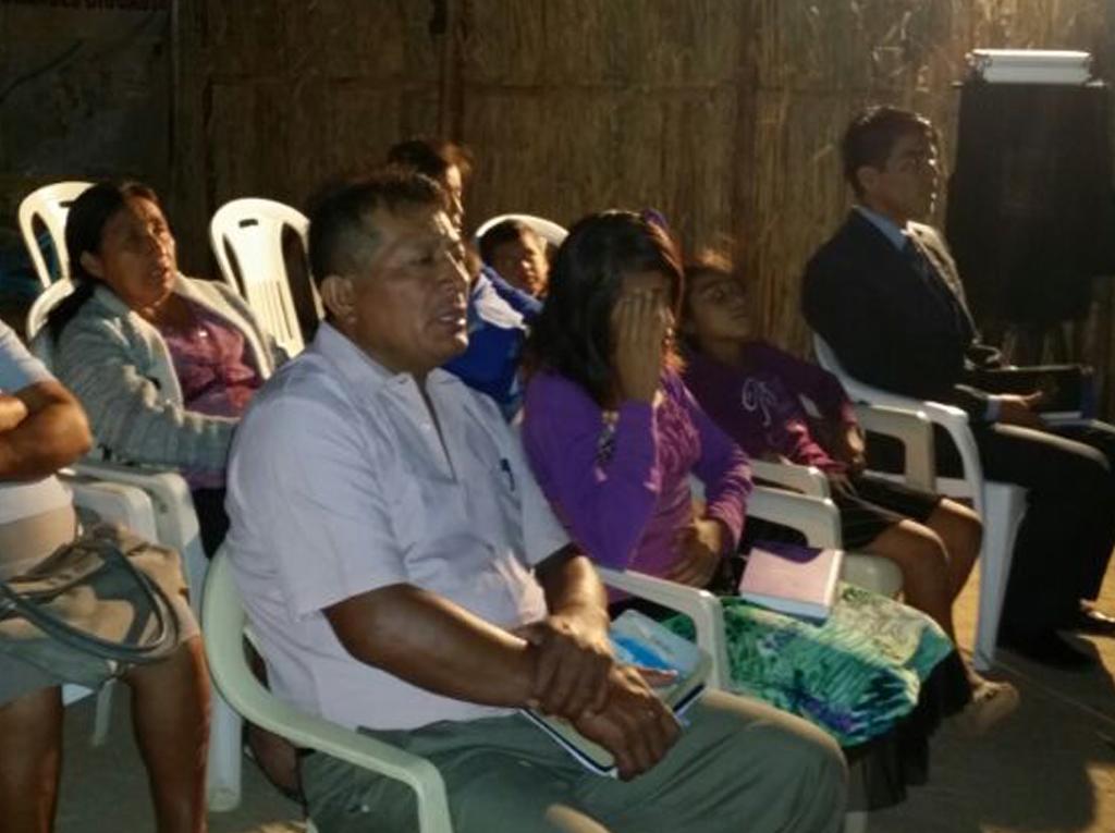 Pastor evangélico con su congregación participan de Semana Santa en la iglesia adventista1