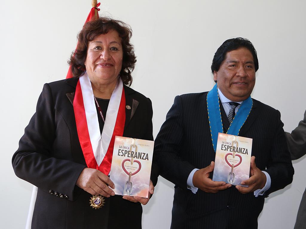 Alcalde de San Román en el sur del Perú recibe el libro La Única Esperanza