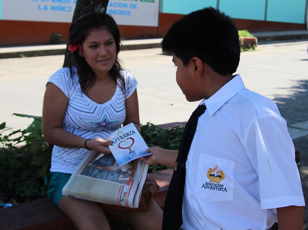 Alumnos Adventistas promocionan lectura del libro La Unica Esperanza