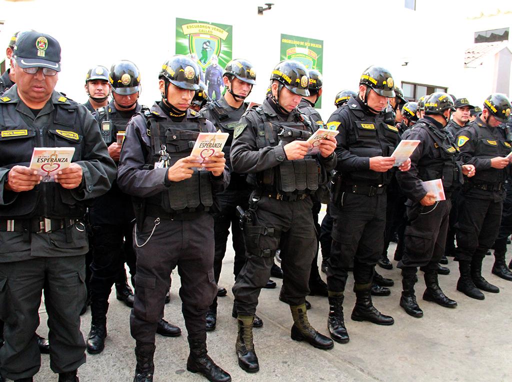 Policías adventistas se sumaron a la distribución de los libros La Única Esperanza
