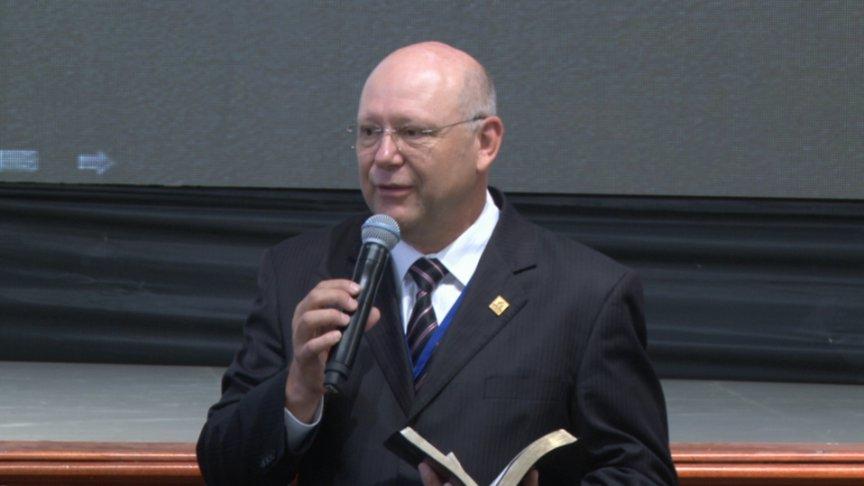 El Pastor Carlos Hein presentando los seminarios