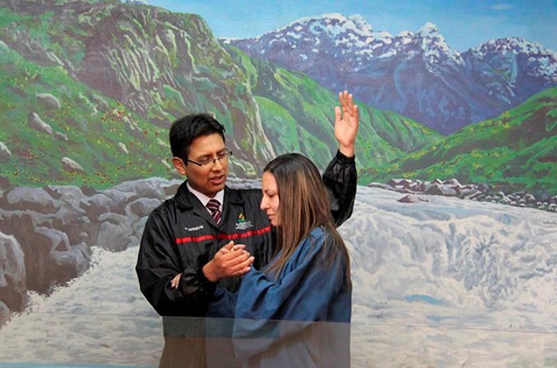 Joven es bautizada, por testimonio, luego de atender a huéspedes adventistas