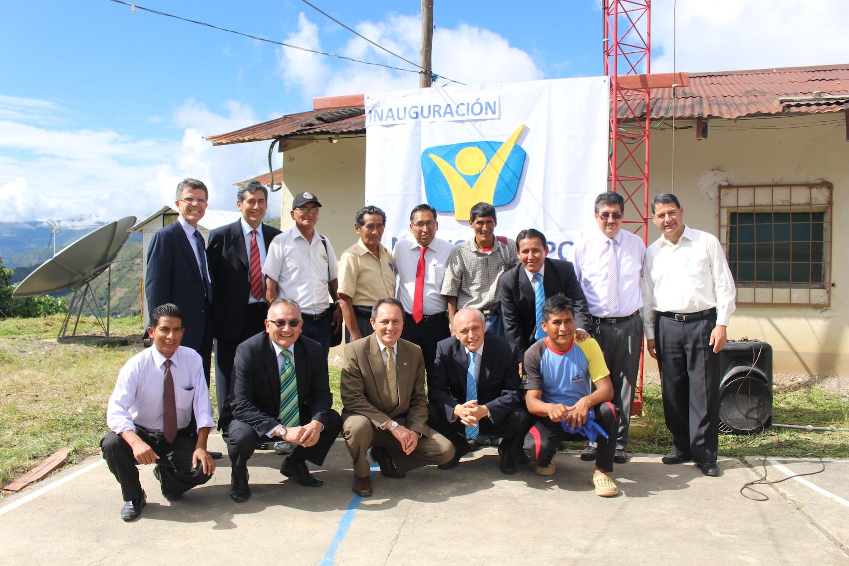 Líderes y miembros de la iglesia Adventista en la inauguración