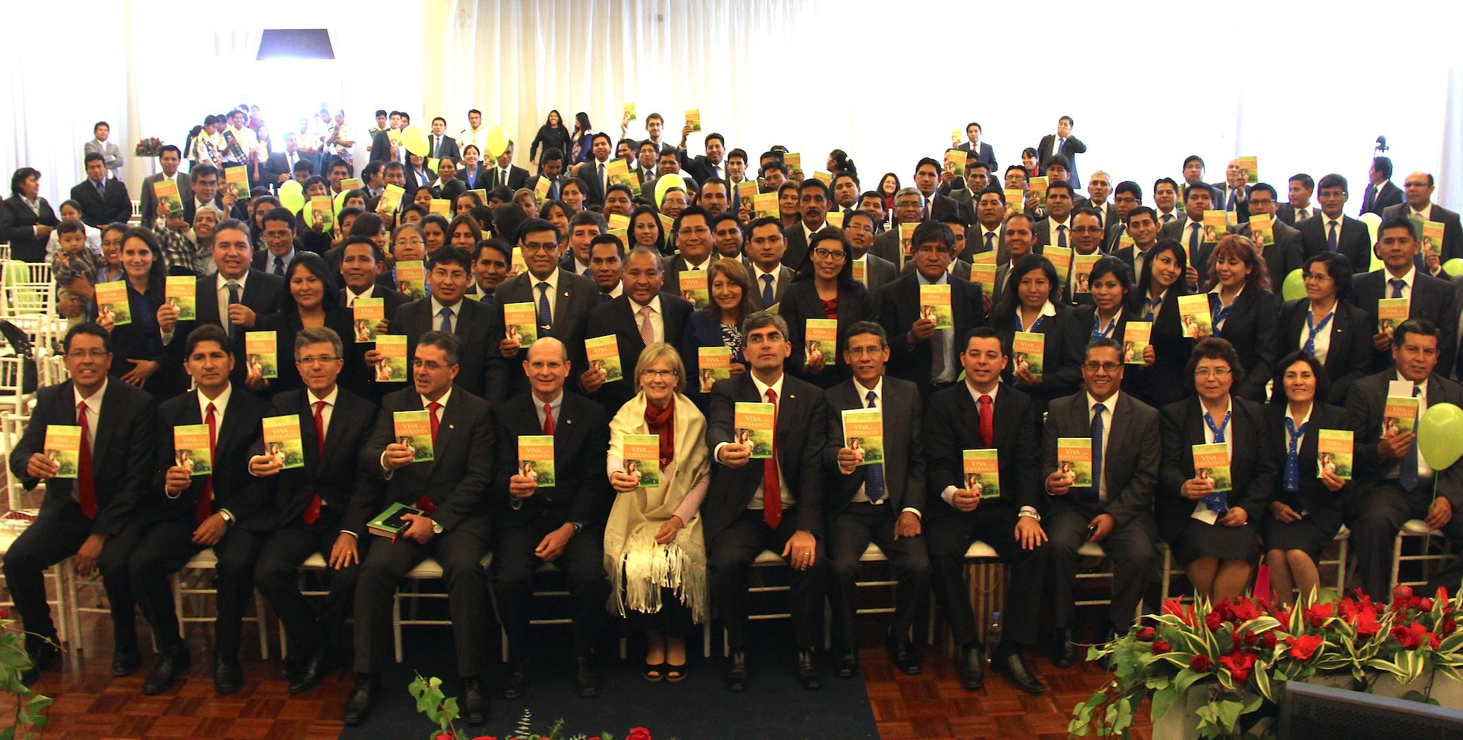 Los líderes mundiales con los libros misioneros que van ser entregues este año