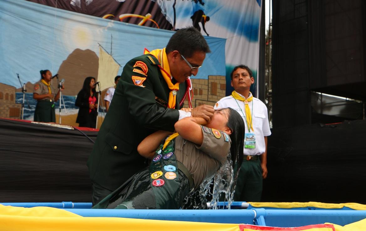 Pr. Miguel Guerrero, director de conquistadores para el Centro Oeste del Perú, realiza uno de los 97 bautismos.