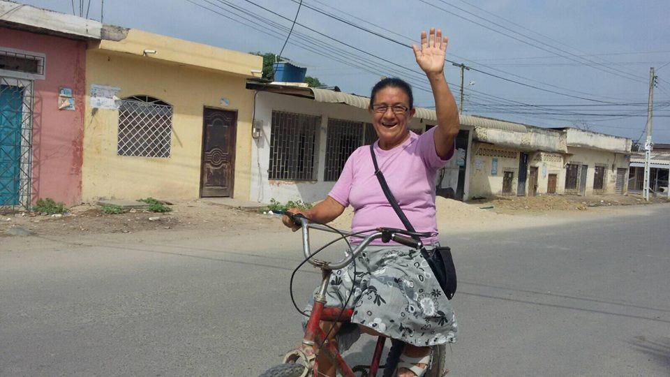 """Resultado de imagen para Mujer ofrece estudios de la Biblia en """"bicicleta misionera"""""""