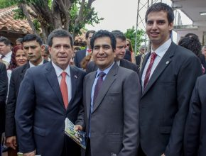 Presidente de la República de Paraguay, Horacio Cartes del lado izquiero junto al director de ADRA Praguay, Javier Espejo. Momento de la entrega del libro misionero Esperanza Viva.