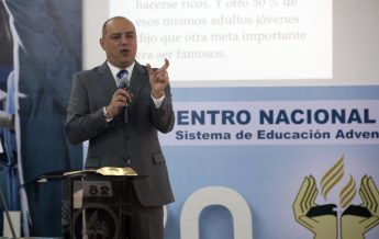 El Líder de Educación para Sudamérica, Pr- Edgard Luz, presentando un mensaje espiritual a los participantes