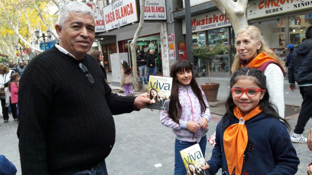 Roberto recibiendo un libro en San Juan.