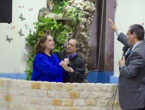 Celia Monges siendo bautizada por el pastor Sidnei Roza, director de Comunicación para Paraguay. Les acompaña el pastor Jorge Rampogna.