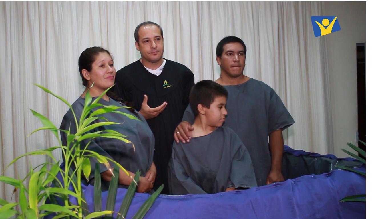 La familia fue bautizada por el pastor Sidnei Roza, director de Comunicaión de la Unión Paraguaya