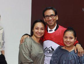 Jasmin (izquierda) y Yecenia (derecha) fueron bautizadas por el pastor Sósthenes Andrade, director de jóvenes adventistas de  la Unión Paraguaya.