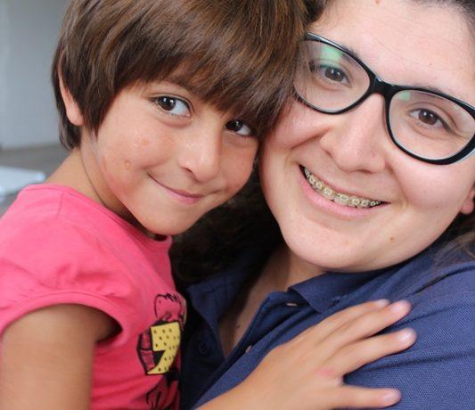 La pediatra Marianela Cartagena con una niña refuagiada en el campo de refugiados de Oinofyta al norte de Grecia.