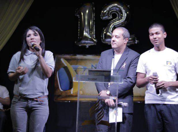 alía Martínez, Santiago Centurión y Sidnei Roza presentan el programa.