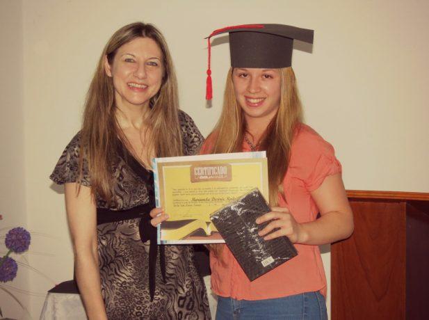 De izq. a der.: Gisela Ficetti junto a Marianela Rodríguez, otra de las graduadas.