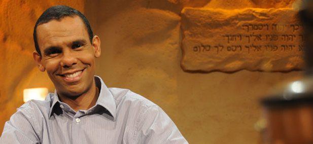 Rodrigo Silva es doctor en Teología bíblica, con un posgrado en Arqueología Bíblica. También posee un segundo doctorado en Arqueología Clásica por la USP. Es graduado en Teología y Filosofía y magíster en Teología histórica.