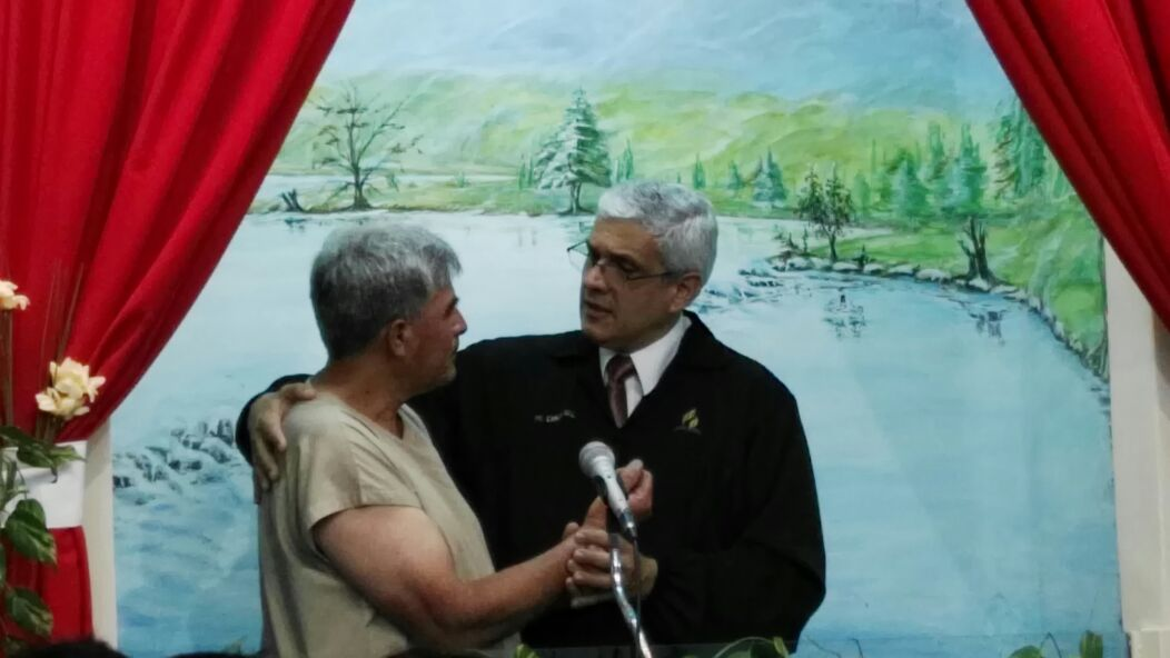 Bautismo de Osvaldo Lucero junto al Pr. Carlos Gill