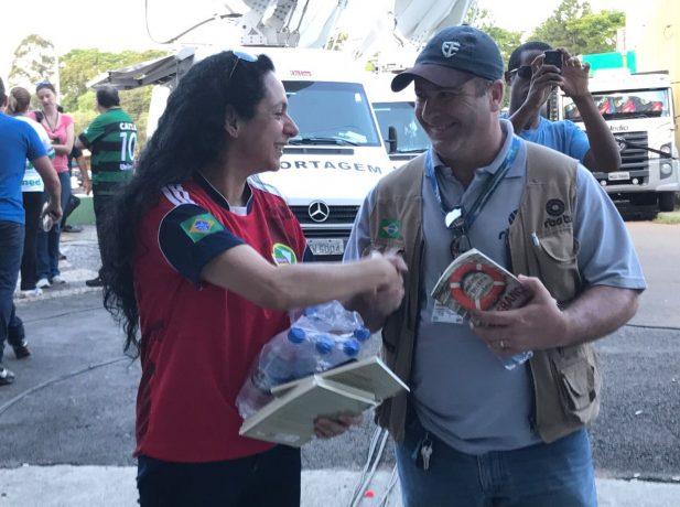 Voluntaria entrega kit solidario a un periodista (Fotos: Moisés Móra)