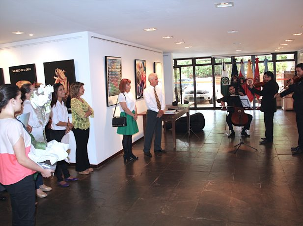 Foto: Momento del homenaje ideado por Priscila (falda verde) en la Embajada de Colombia (Foto: Felipe Lemos)