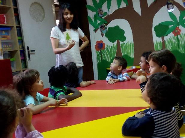 Nayeli Humaní en una clase de Biblia en el jardín de infancia donde ofrece sus servicios voluntarios.