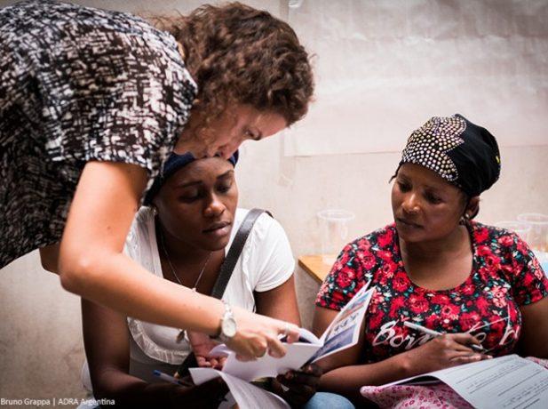Prefesionales de ADRA Argentina orientan a personas que buscan asilo en el país y a otros en busca de refugio. [Crédito de foto: ADRA Argentina]