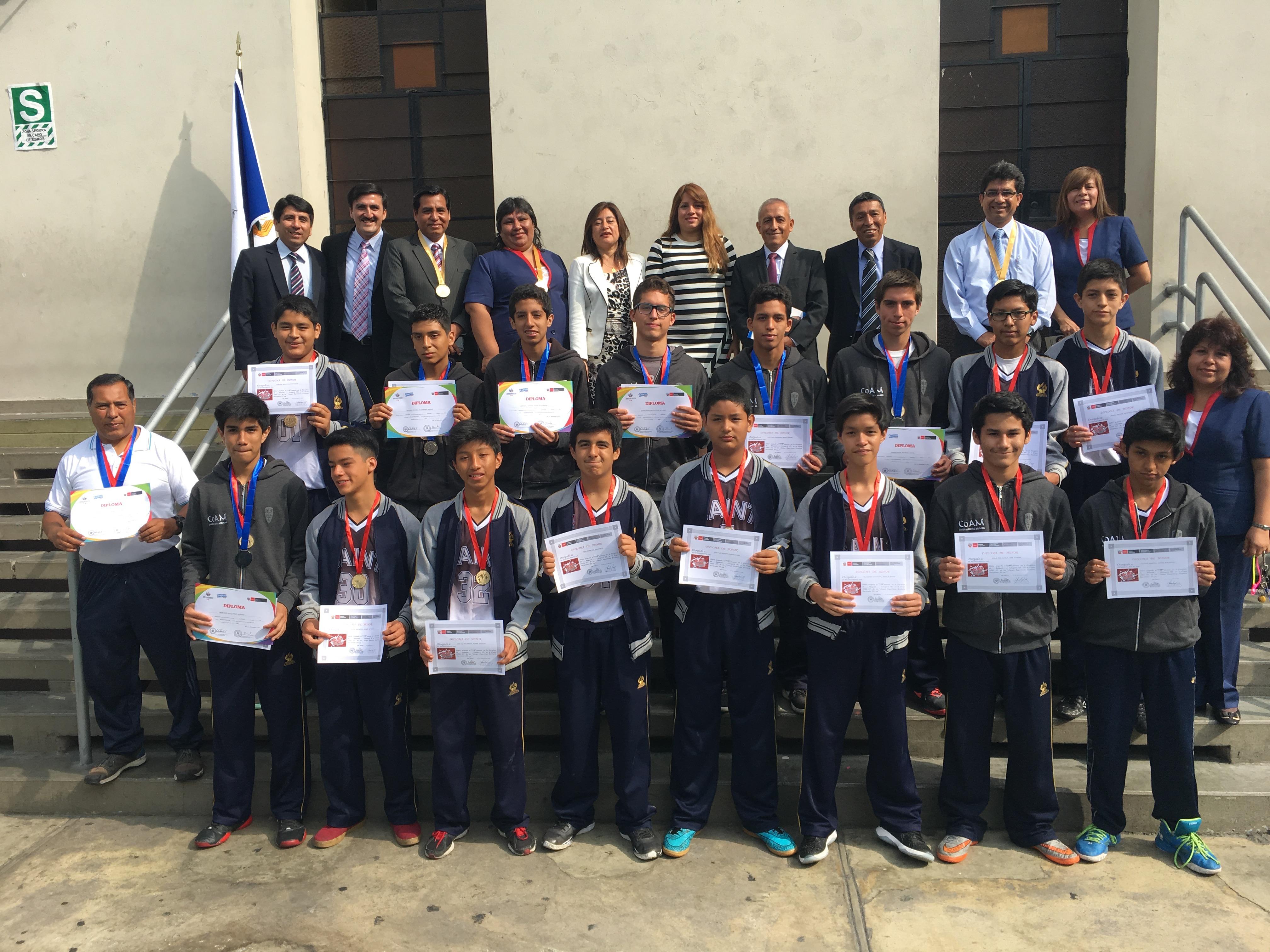 Grupo de escolares que obtuvieron el reconocimiento.