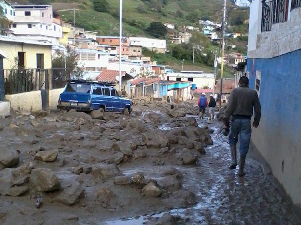 Las calles en Timotes, en Mérida, en la región Venezolana Occidental, después de que las lluvias provocaron un alud de rocas y barro desde las barrancas cercanas el 13 de noviembre de 2016. Imágenes de ADRA Venezuela Occidental.
