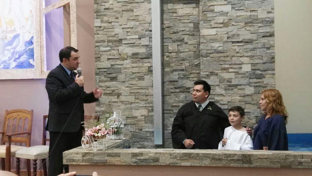 Pr. Carlos Campitelli, Pr. Andrés Artalaz junto a Joaquín y Lorena.