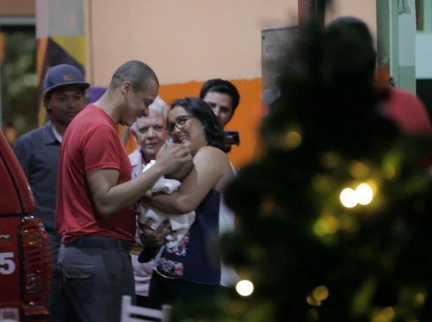 El bombero Almeida celebró Navidad con su esposa, hijos y madre en el cuartel de la Casa Verde, en Sao Paulo.