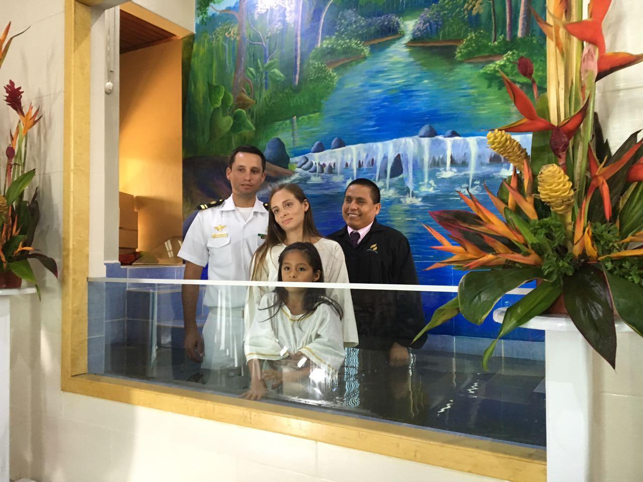 """Carlos García fue bautizado con su familia en la Iglesia adventista """"La Marina""""."""