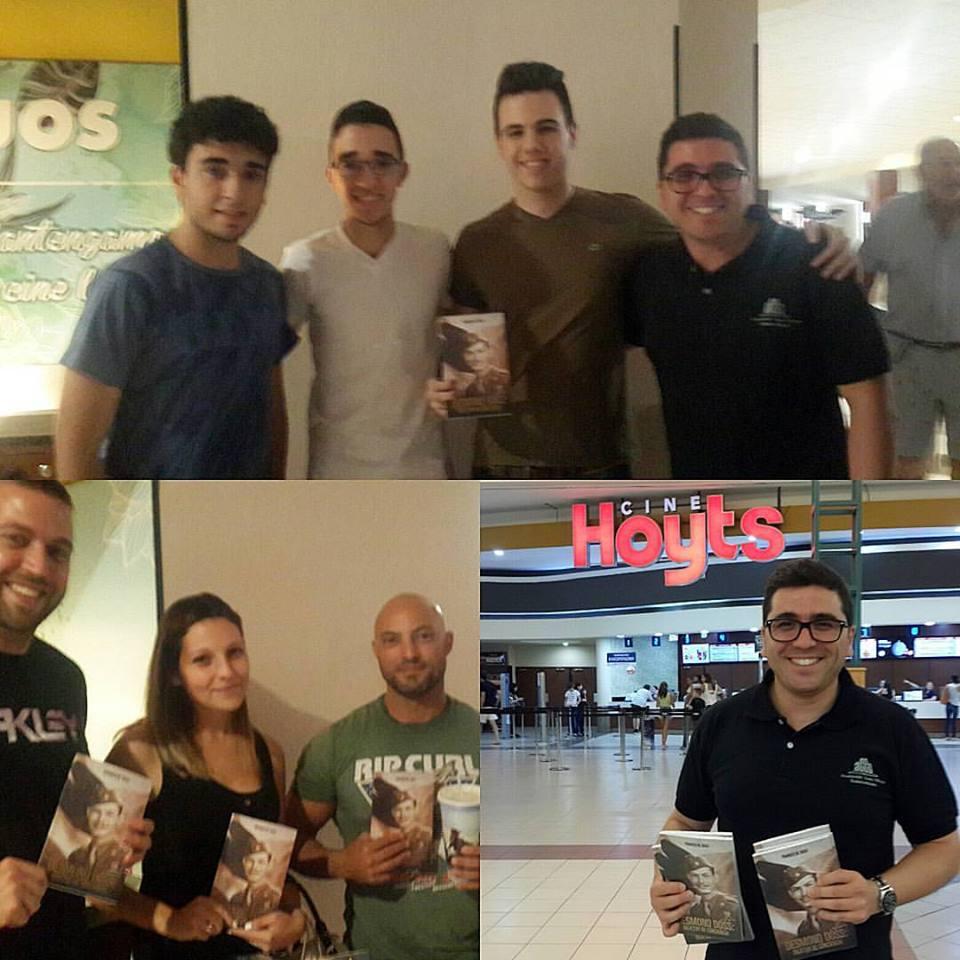 Momentos distintos en que los adventistas regalaron libros a los espectadores. Foto: Facebook de Pablo Ale
