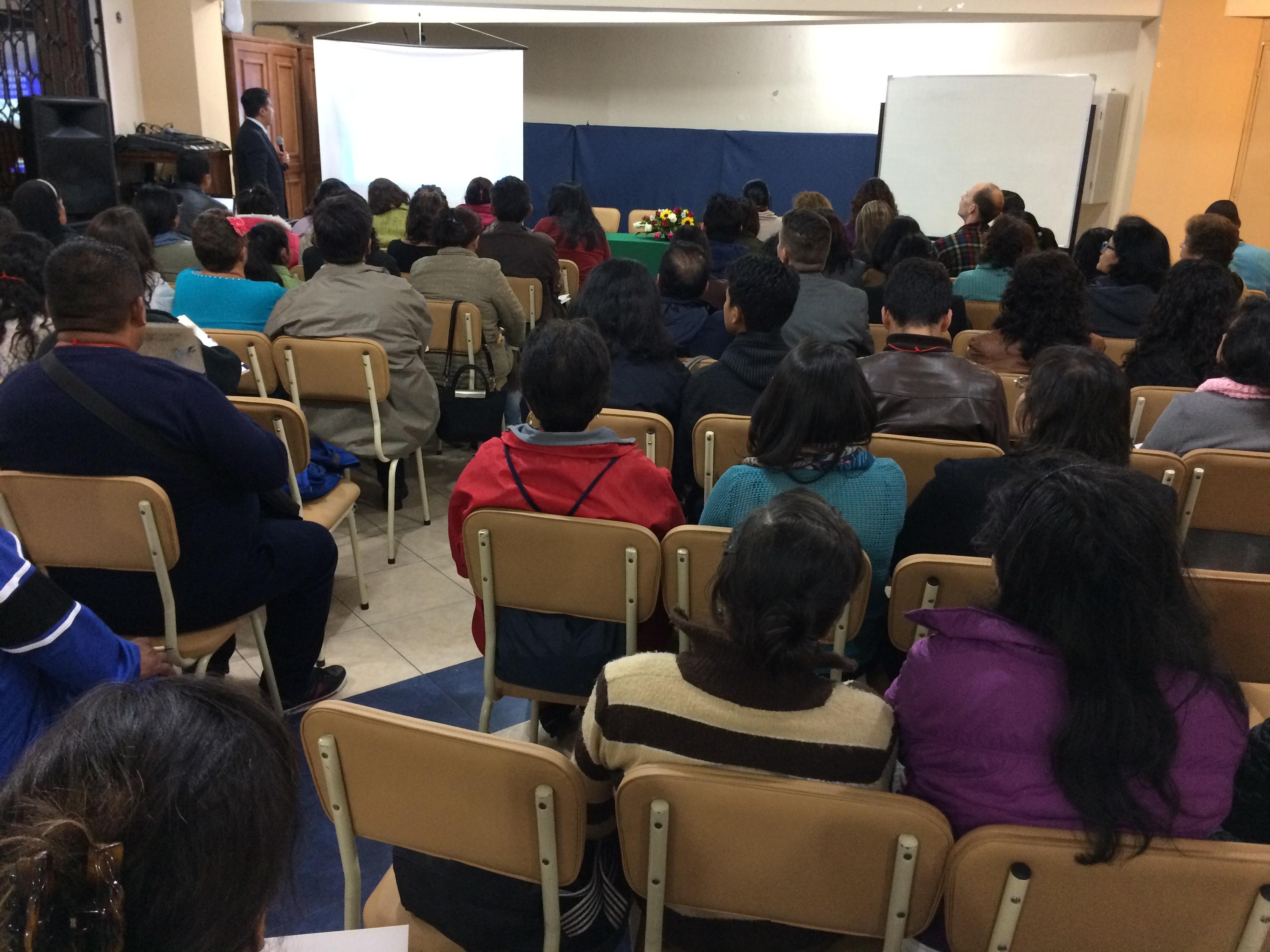 Dr. Edwin Guayasamin presentando el tema El Cáncer y su relación con la alimentación